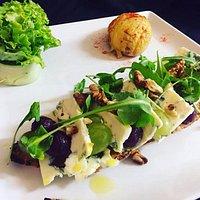 Tartine La Vigneronne, caviar d'aubergine, poire pochée vin rouge, raisin, noix, roquette, bleu