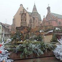 聖レオン広場。背後に見えるのはエギスハイム城と聖レオン9世礼拝堂
