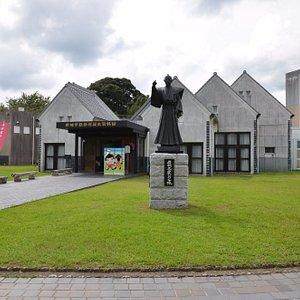 設楽原歴史資料館全貌。銅像は岩瀬忠震。