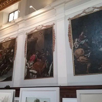 Картины старых масторов на стенах аббатства