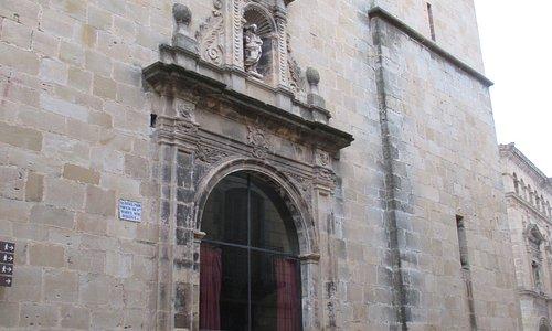 Een kerkpoort als een vitrine