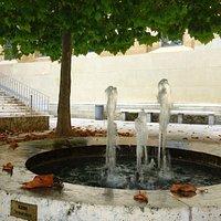 фонтан в тени платана