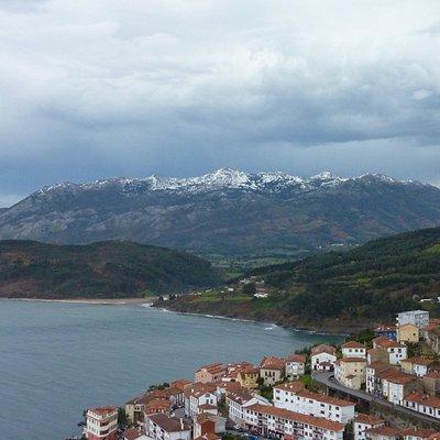 Vista sobre el Sueve, con el Pienzu nevado, y delante la playa de La Griega