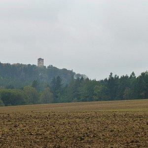 Widok na wieżę z daleka