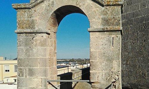 Particolare del piccolo campanile a vela dell'antica chiesa