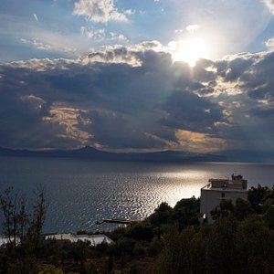 Солнце в облаках над заливом