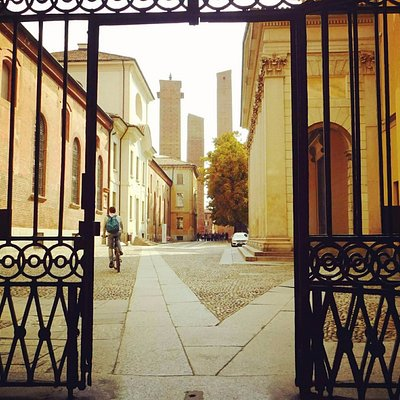 Uscendo dall'Università  verso la piazza  delle Torri