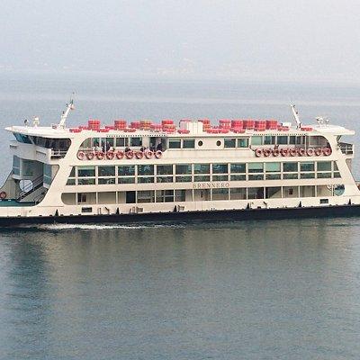 Trad. Faehrschiff vor Anfahrt Gargnano