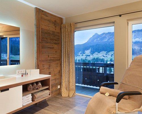 Genießen Sie den herrlichen Bergblick aus dem edelweiss Alpin Spa