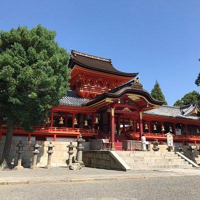 京の都の裏鬼門を守護する、石清水八幡宮は日本三大八幡宮の一つです。御本殿に向かうコースは、参道を歩いて登るコース所要時間約30分とお手軽な男山ケーブルと徒歩で約10分での参拝コースがありますよ