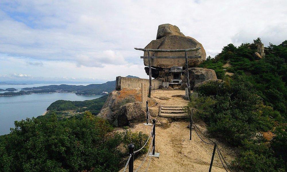 重ね岩の全景