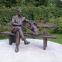 Памятник академику Беляеву и его одомашненной лисице!