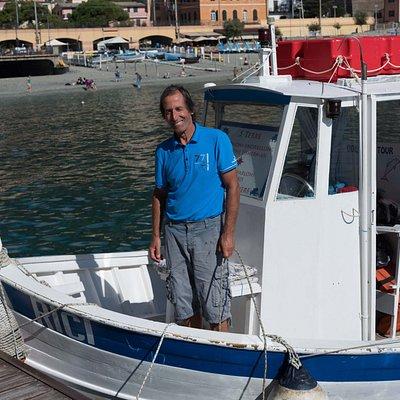 Notre pêcheur des plus charmant, il fait tout pour vous faire plaisir