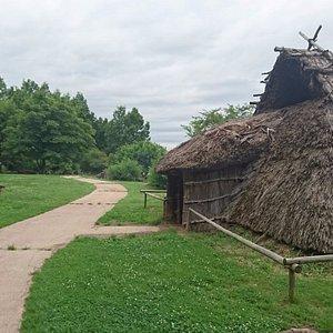 萱葺き屋根の竪穴住居