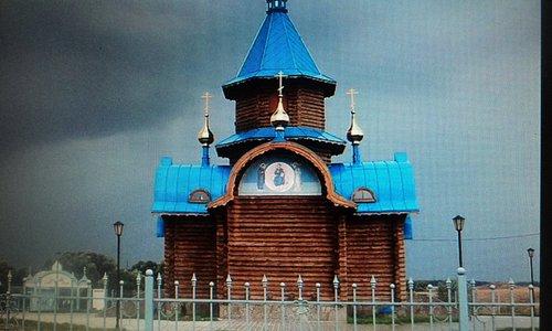 Свято - троицкий храм с другой стороны.