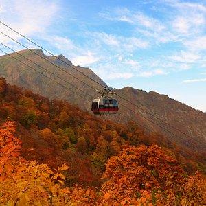 紅葉の谷川岳とロープウェイ(10月)