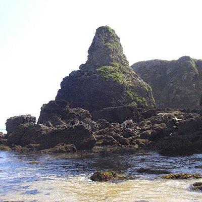 La Peña del Bolu, mojón oriental de la playa de La Espasa