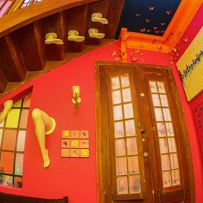 Sala da galeria com algumas obras assinadas pelo CA CAU artista.