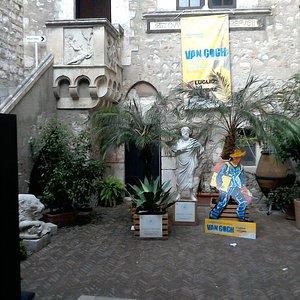 Внутренний дворик центра