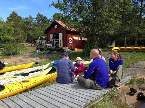 Paddlare som återvänt till kanotcentralen på ön Rävsten.