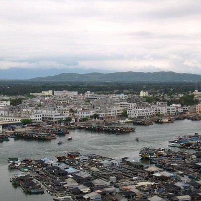 С канатной дороги виден город и жемчужные плантации в заливе.