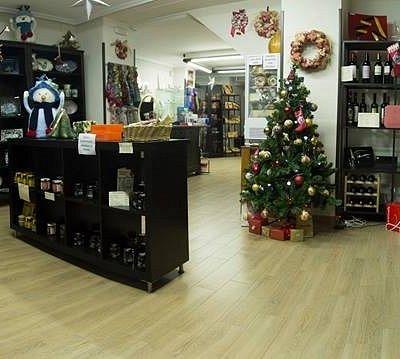 Nuestra tienda es muy coqueta y acogedora con productos de la zona.