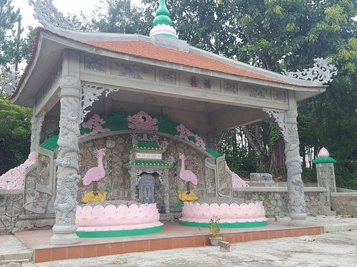 tomb outside Thien Lam Pagoda