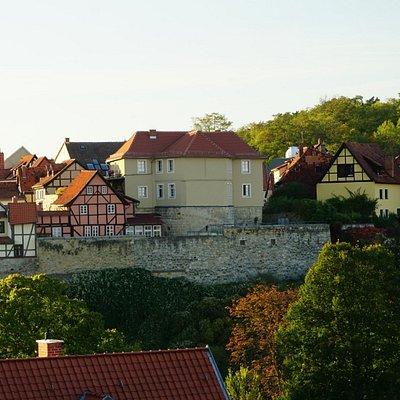 Blick vom Schloßberg auf den Münzenberg. Im Vordergrund das Gebäude des Museum