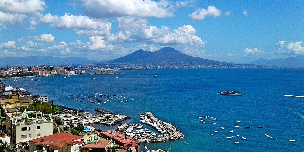 Вид на Везувий с улицы города Неаполь