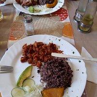 camaron, arroz moro, vianda e ensalada | golden blue, arroz moro e ensalada