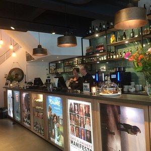 De bar in het filmhuis.