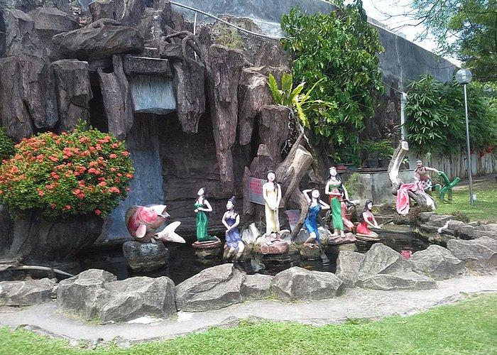 kolam dengan patung- patung kecil