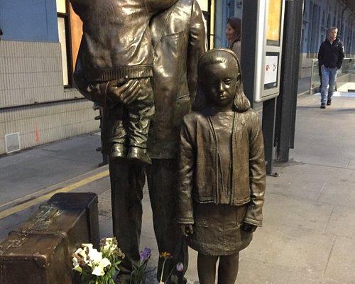 Nicholas Winton monument platform 1a
