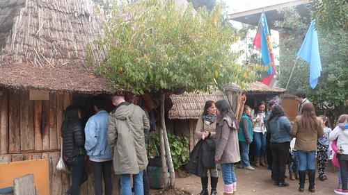 Las personas esperando por sus lliwin cofke (sopaipillas) y muday (bebida no alcoholica mapuche)