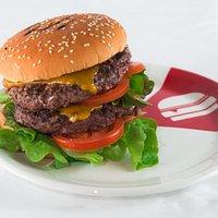 Burger di carne scelta con ingredienti di stagione