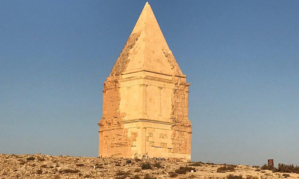 Qamouh el Hermel, pyramid