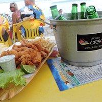 Porção de camarão e balde de cerveja