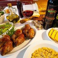 Galeto, polenta, radicci, salada, azeite, capeletti e muito mais