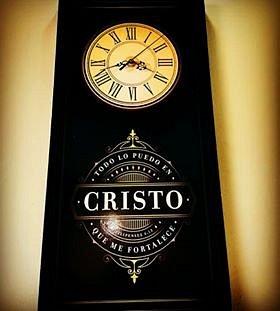 Lindo reloj de la Iglesia Hispana con mensaje bíblico.