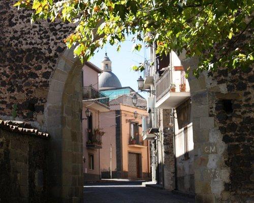 Via deze poort kom je bij het voormalige klooster.