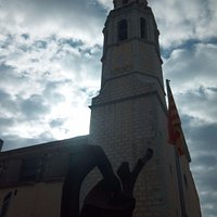 Estatua en la plaza de la iglesia: