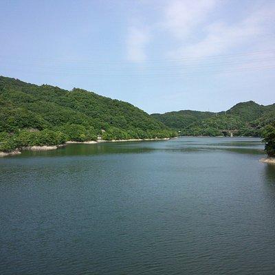 呑吐ダムよりつくはら(衝原)湖を望む