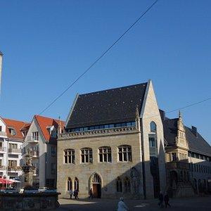 """Er steht am """"alten"""" Rathaus"""