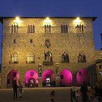 Palazzo storico, ben illuminato di notte