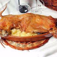 Cabrito Lechal Asado con patatas pochadas al estilo tradicional de La Bodega de Chema