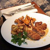 Pommes de ris de veau, pommes grenailles et girolles rissolées