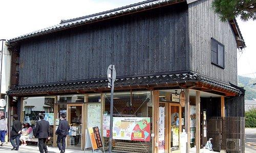 焼杉の壁が印象的な建物