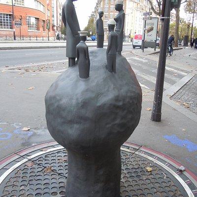 Cinquième fontaine, à l'angle de la rue Saint Blaise