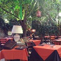 Apprezzerete i nostri piatti seduti in un caratteristico giardino siciliano