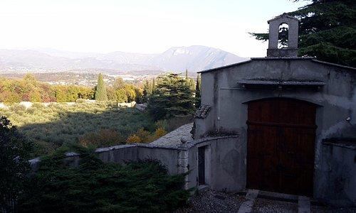 foto dalla chiesa verso l'entrata del monastero benedettino